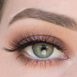 Machiaj de zi ochi verzi cu gama de nuanţe auriu-alb, bej fin, opal, alb-violet, prună,