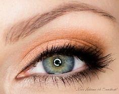 machiaj ochi verzi cu nuanţele de negru, maro, violet închis, ultramarin şi gri intens